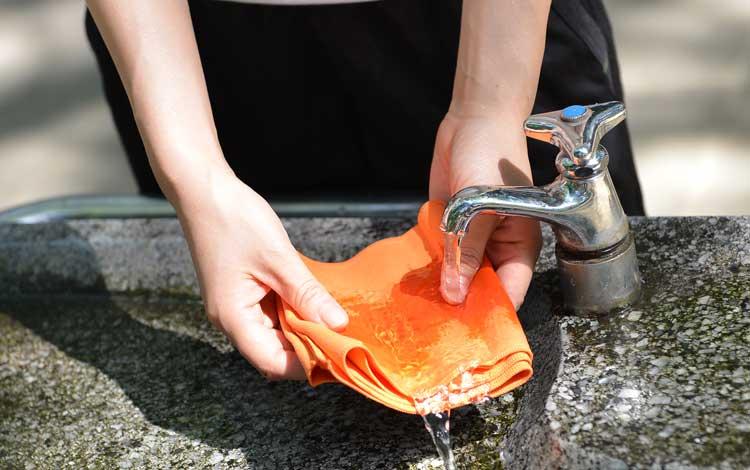CCT冷感タオルを水に濡らすところ。